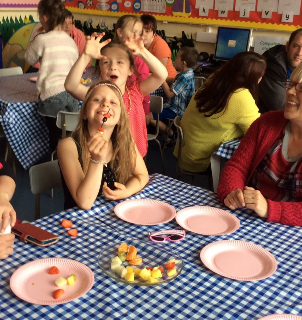 P1/2 children showed their family how to make fruit kebabs.